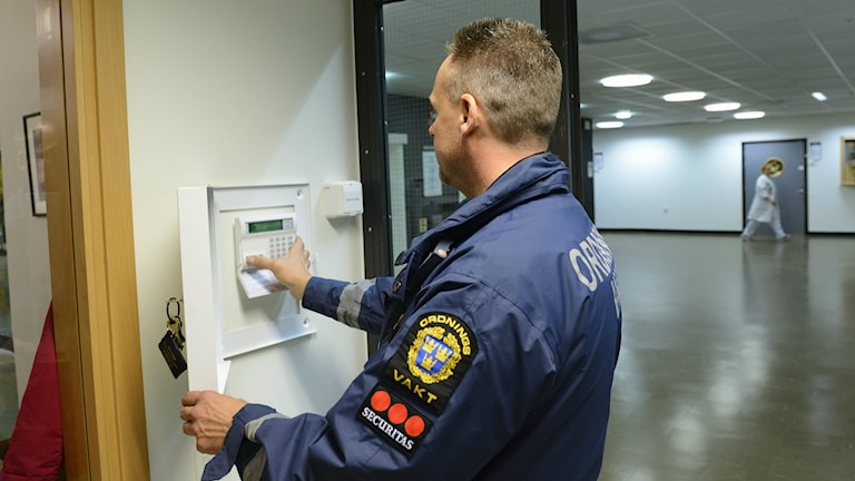 Väktare vid larmskåp på väggen. Foto: Henrik Montgomery/TT.