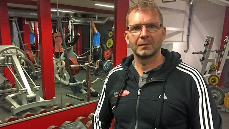 En man med glasögon i gymlokal. Foto: Erik Norbergh/SR