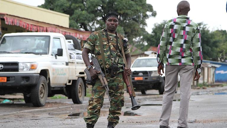 Soldat på gata i Burundi. Foto: TT