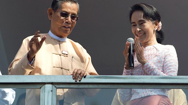 Aung San Suu Kyi (till höger) valtalar tillsammans med partiordföranden Tin Oo. Foto: Mark Baker/AP