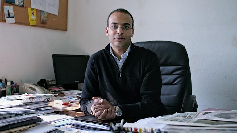 Journalisten Hossam Bahgat sitter vid sitt skrivbord. Foto: Sarah Rafea/TT