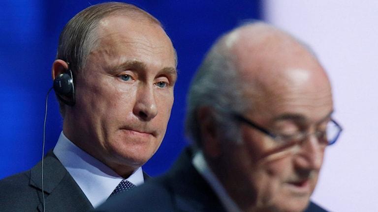 Vladimir Putin och Sepp Blatter. Foto: Dmitry Lovetsky/TT.