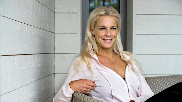 Operasångerskan Malena Ernmansitter i en ljus soffa och ler mot kameran. Arkivfoto:Claudio Bresciani/TT