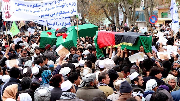 Demonstranter i Kabul protesterar mot de sju hazarer som mördades av IS. Foto: Rahmatullah Nikzad/TT.