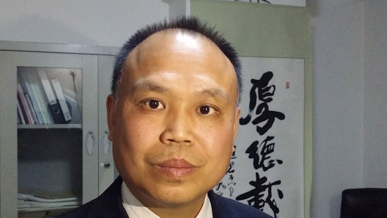 Advokaten Yu Wensheng i Peking greps och förhördes av polis med armarna bända bakåt runt en metallstol. Foto: Hanna Sahlberg/Sveriges Radio.