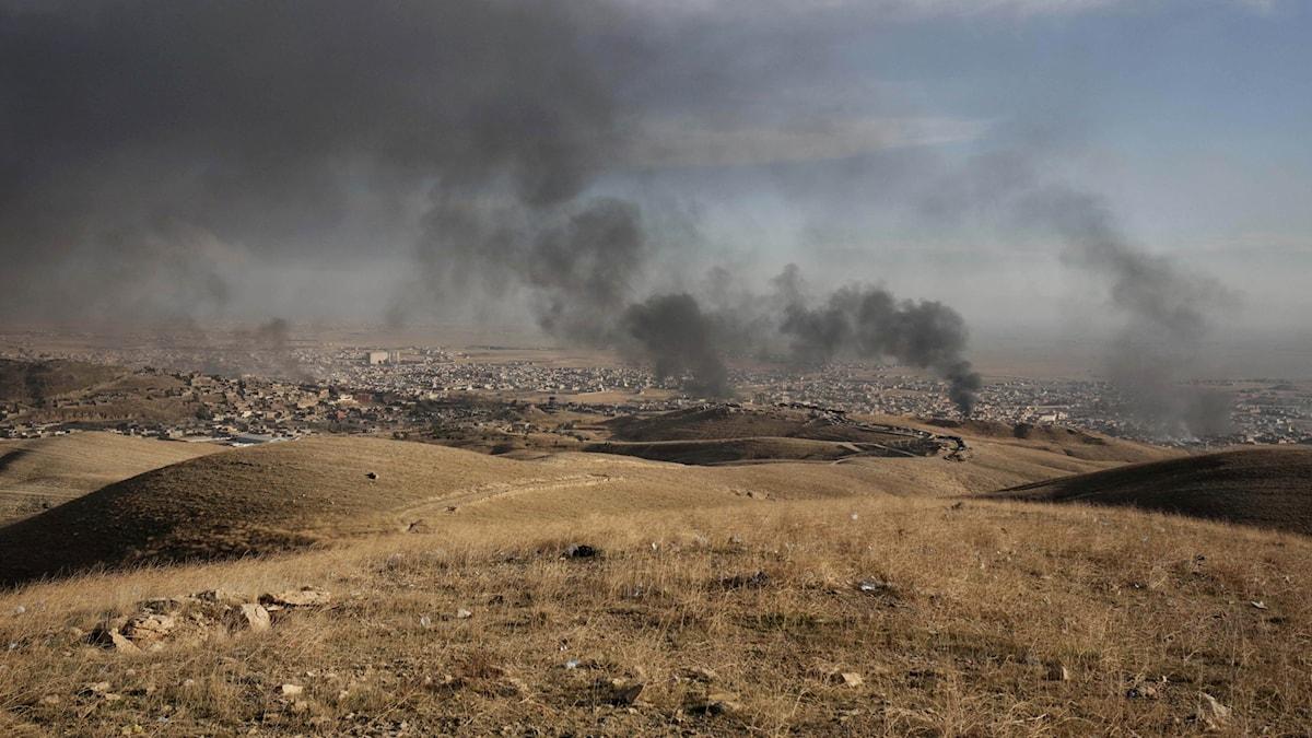 Rök stiger över staden Sinjar under torsdagen. Foto: Bram Janssen/AP.