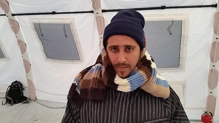 Salah är orolig för att behöva tillbringa natten i tältet i Jägersro. Foto: Claes Aronsson/Sveriges Radio.