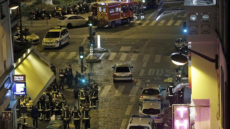 Poliser och räddningsstyrkor står utanför ett café i centrala Paris. Foto: Kenzo Tribouillard/TT.