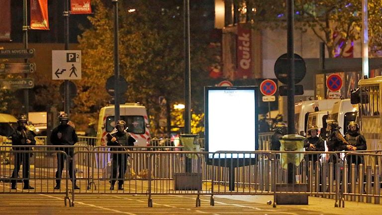 Poliser och avspärrningar vid en gata utanför arenan Stade de France. Foto: Michel Euler/TT.