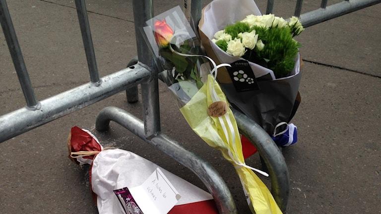 Blommor för offren i Paris Foto Jan Andersson