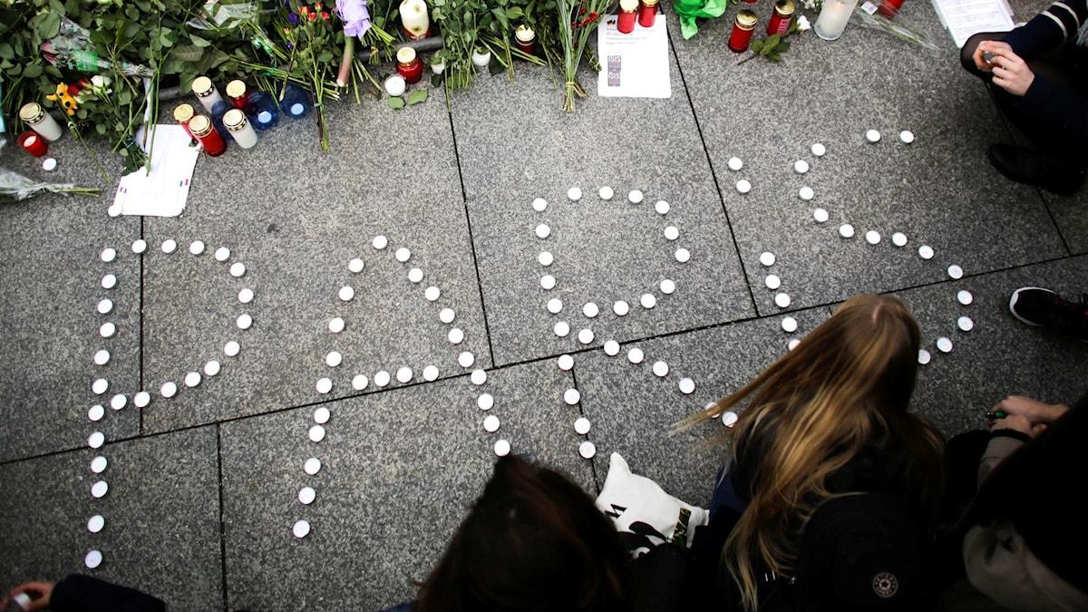 Tända ljus framför den franska ambassaden i Berlin efter terrordåden i Paris. Foto: Markus Schreiber/TT