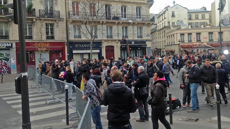 Människor samlas i Paris dagen efter terrordåden. Foto: Jan Andersson / Sveriges Radio