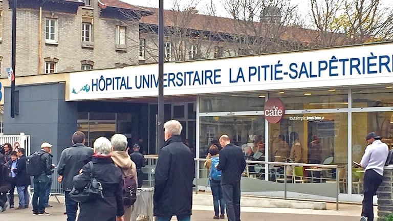 Oroliga anhöriga utanför sjukhus i Paris. Foto: Beatrice Janzon