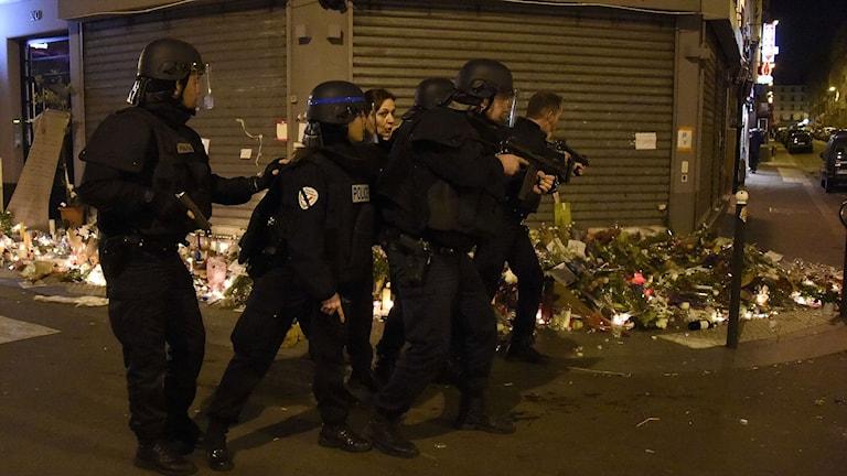 Poliser rycker fram mot restaurangen Le Petit Cambodge vid terrordåden i Paris. Foto: Dominique Faget/TT.