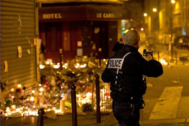 Fransk polis säkrar Paris gator på söndagen efter oro för nya attacker. Foto: Peter Dejong/TT.