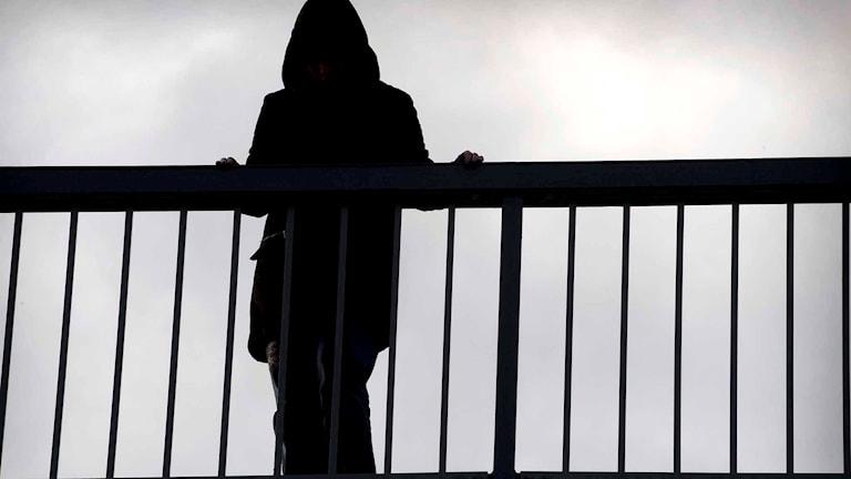 Anonym person står på en bro. Foto: Claudio Bresciani/TT.