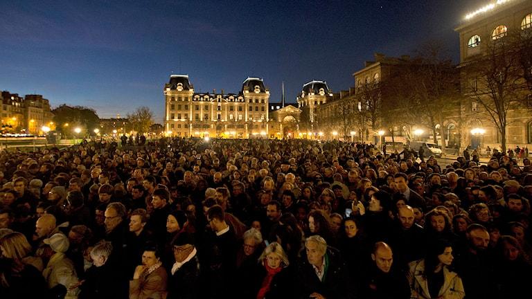 Människor samlas utanför katedralen Notre Dame i Paris för att hedra terroroffren. Foto: Daniel Ochoa de Olza/TT.