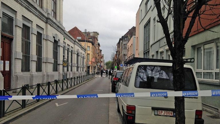 Polisen griper en man i Bryssel. Foto: Jan Andersson/SR.
