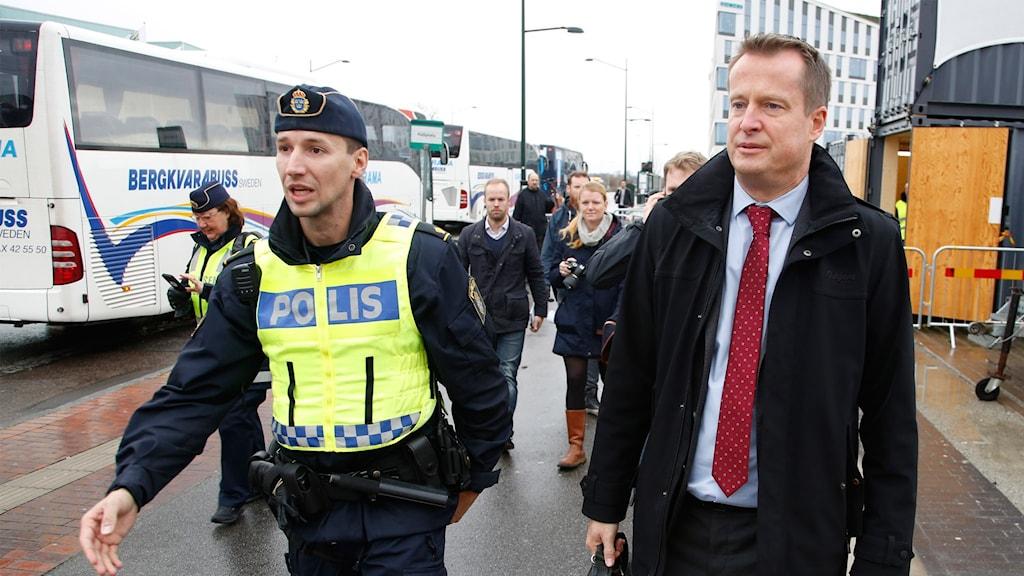 Anders Ygeman besöker Hyllie station för att följa polisens arbete med gränskontroller.