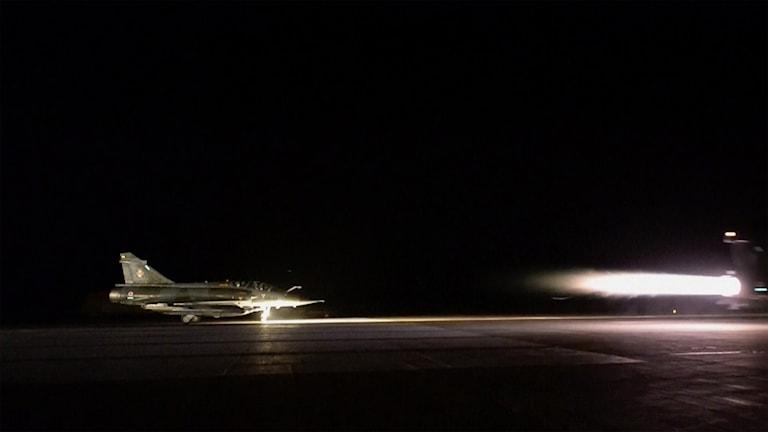 Franskt stridsflyg ska lyfta mot Raqqa från bas i Jordanien.