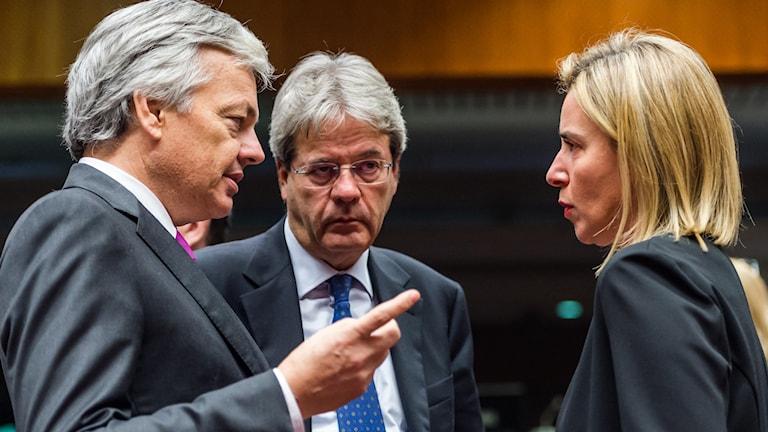 Belgiens utrikesminister Didier Reynders talar med EU:s utrikeschef Federica Mogherini. I mitten står Italiens utrikesminister Paolo Gentiloni. Foto: Geert Vanden Wijngaert/TT.