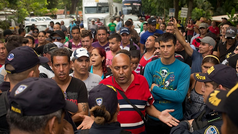 Kubanska migranter pratar med gränsvakter.