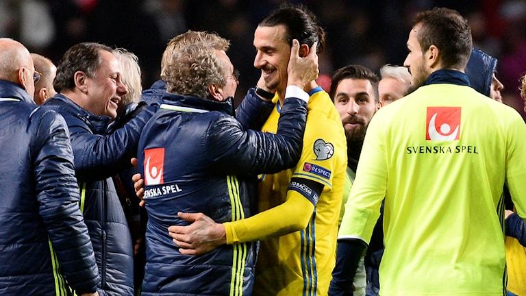 Erik Hamrén kramar om Zlatan Ibrahimovic efter landskampen på Parken i Köpenhamn. Foto: Anders Wiklund/TT