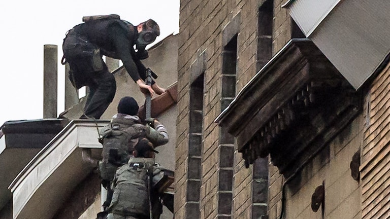 Beväpnad polis under insats i Molenbeek, Belgien