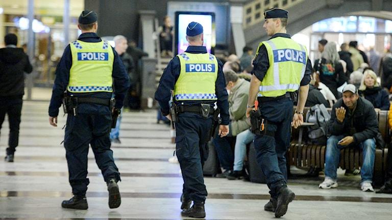 Poliser patrullerar Stockholms centralstation på onsdagskvällen. Terrorhotnivån i Sverige höjdes på onsdagen från tre till fyra på en femgradig skala. En fyra innebär 'högt hot', enligt hotnivåskalan. Foto: Janerik Henriksson/TT.