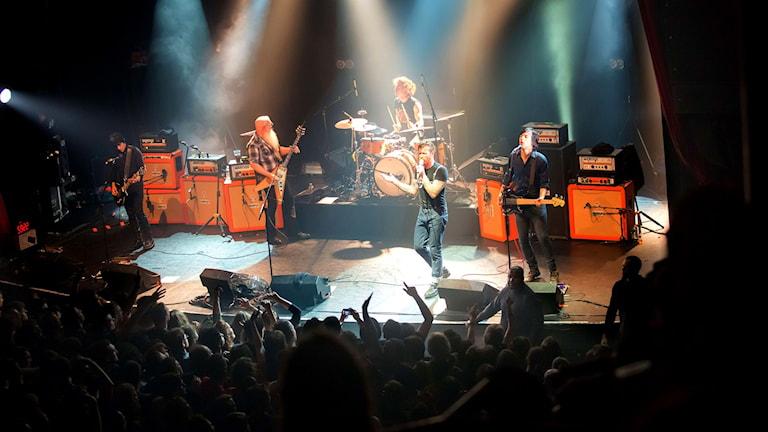 Rockband på scen inför publik. Foto: Marion Ruszniewski/Rock & Folk/TT.