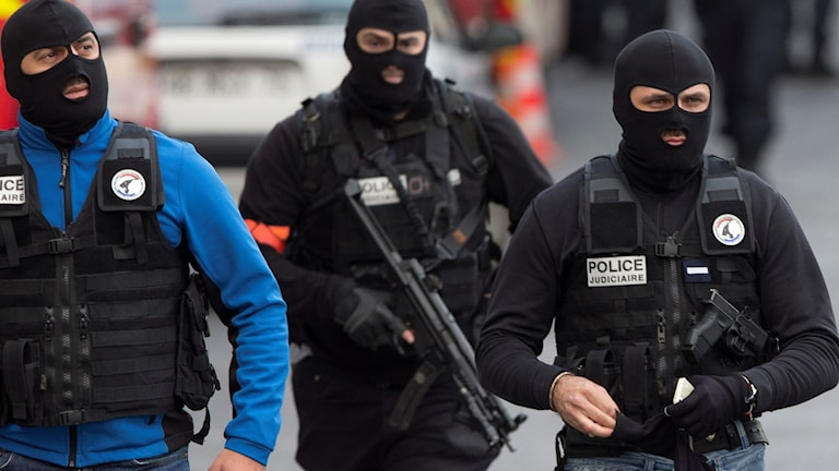 Insatspoliser i Paris. Foto: Peter Dejong/AP