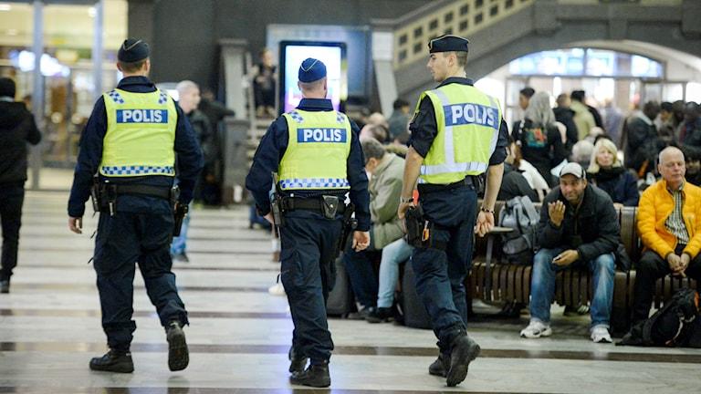 Poliser patrullerar centralstationen i Stockholm. Foto: Jan Erik Henriksson/TT.