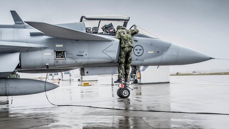 JAS-plan uppställt på flygplansplatta