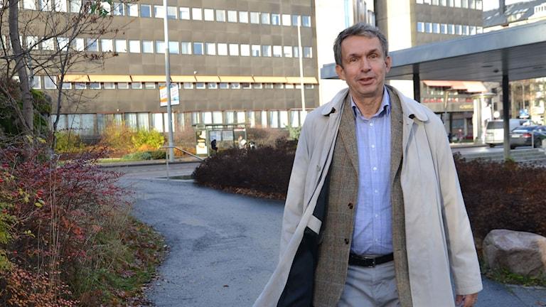 Måns Rosén, utredare, framför ett sjukhus. Foto: Anna Larsson/Sveriges Radio.