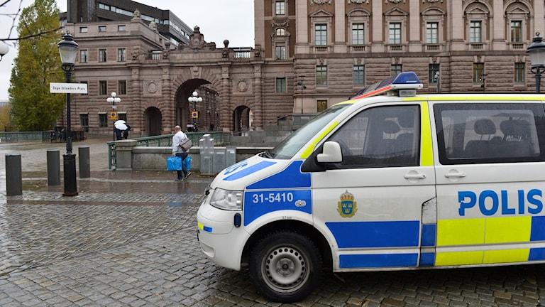 Polisbilar framför riksdagshuset i Stockholm på torsdagen. Foto: TT.