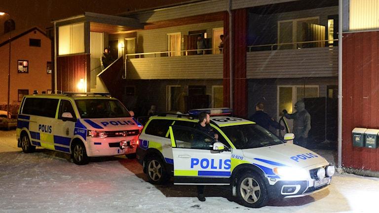 Polisbilar framför radhus i Boliden. Foto: Robert Granström/TT