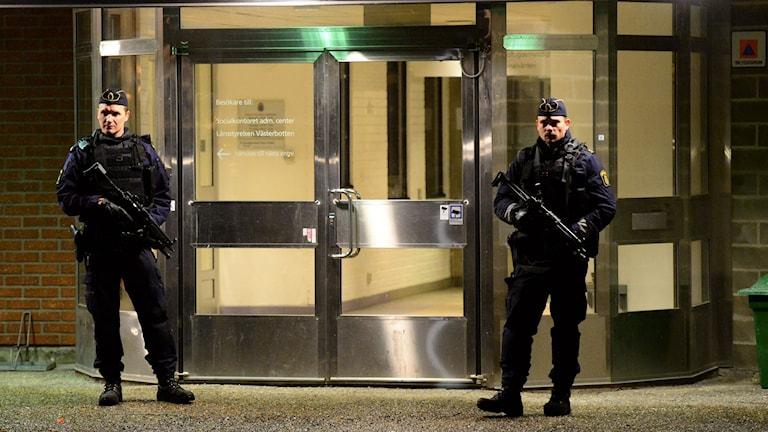 Tungt beväpnade poliser vaktar polishuset i Skellefteå. Foto: Robert Granström/TT.