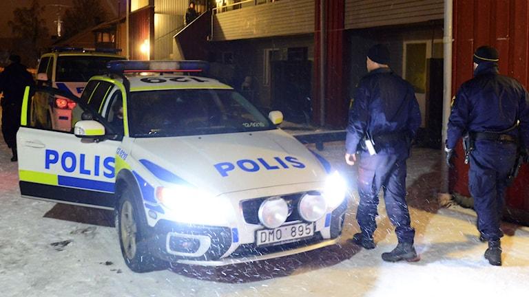 Polismän och polisbilar framför radhus i Boliden. Foto: Robert Granström/TT.