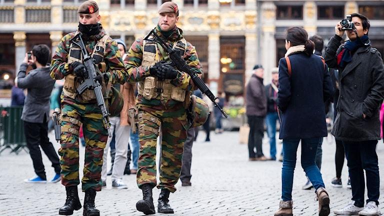 Soldater patrullerar i Bryssel. Foto: Geert Van den Wijngaert / AP / TT Bild.