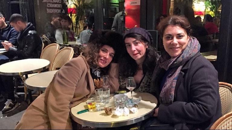 En vecka efter attentaten: Fleure, Simone och Sandrine på ett café bara ett kvarter bort från där terroristerna slog till i Paris.  Ett sätt att göra motstånd, säger Sandrine. Foto: Maria Sjöqvist/Sveriges Radio.