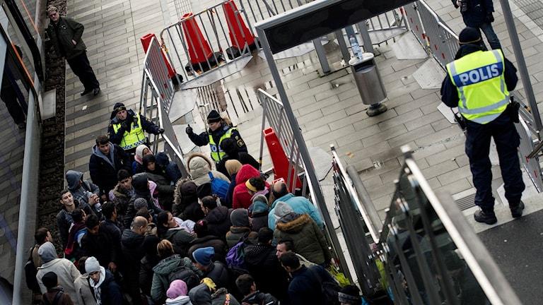 Polis övervakar ankommande flyktingar vid Hyllie station utanför Malmö. Foto: Johan Nilsson/TT.