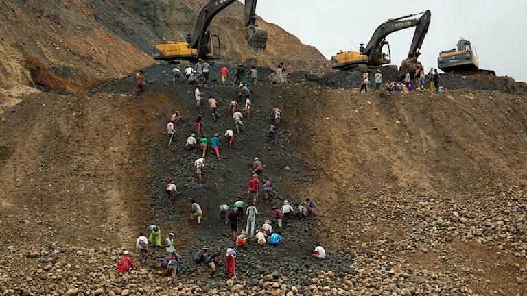 Folk letar efter jade i högar av dumpat restmaterial från gruvdrift i området i delstaten Kachin, Burma. Foto: Esther Htsusan/ AP