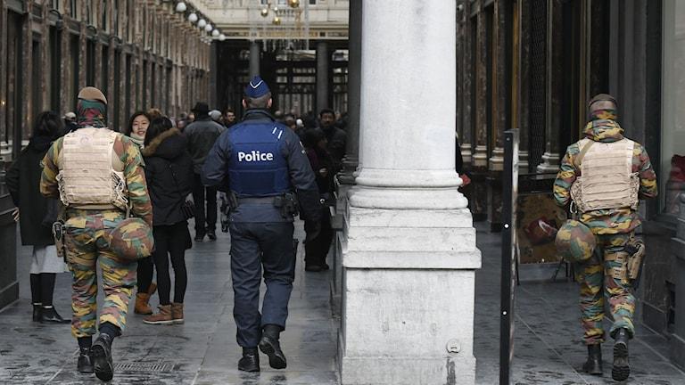 Polis och militär patrullerar gatorna i Bryssel på grund av terrorhotet. Foto: John Thys/TT.