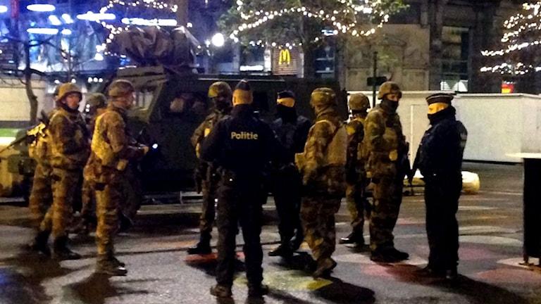 Poliser och militärer i Bryssel.