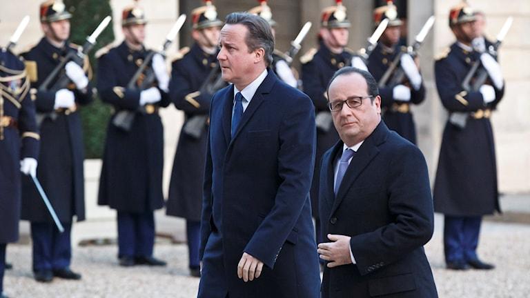 Storbritanniens premiärminister David Cameron och Frankrikes president Francois Hollande på väg till samtal i Paris. Foto: Michel Euler/AP