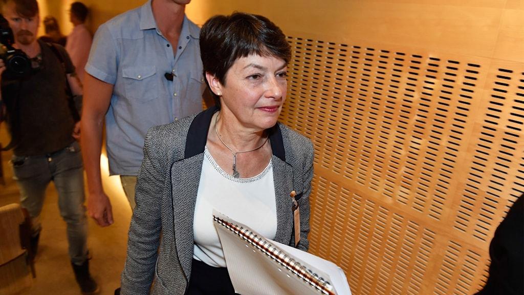 Överåklagare Marianne Ny gåendes i korridor.
