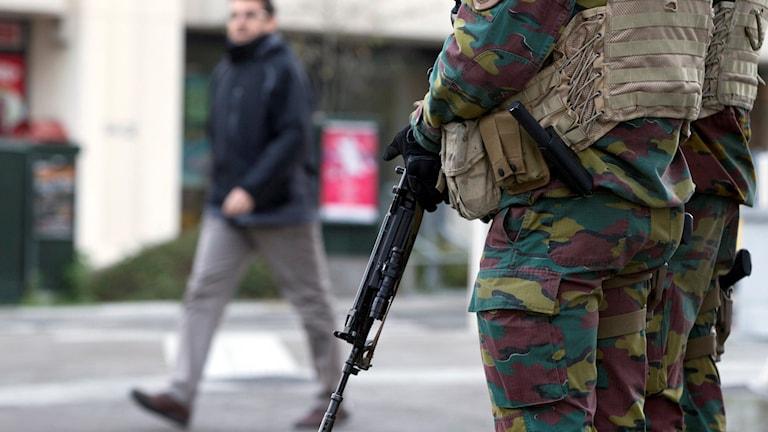 Soldater med vapen i centrala Bryssel. Foto: Virginia Mayo/AP