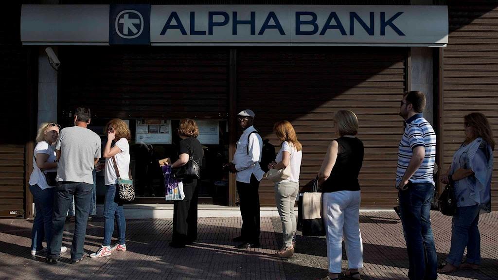 Greker köar vid bankomater. Foto: Petros Giannakouris/TT.