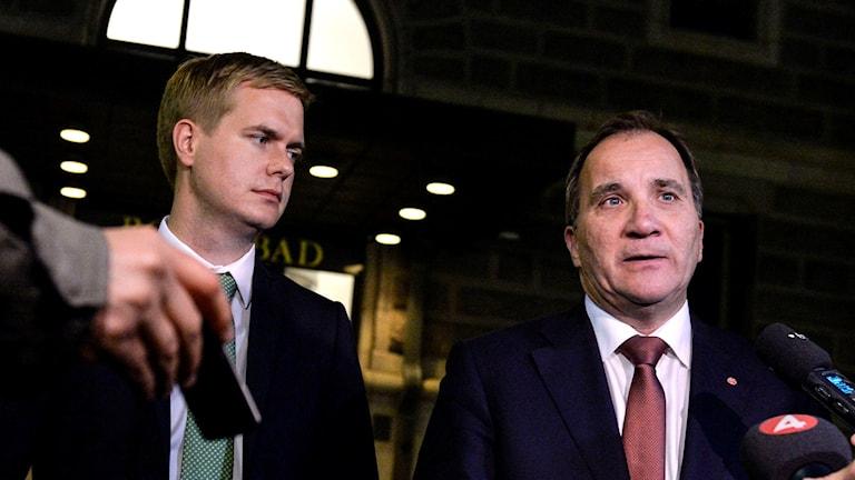 Gustav Frdilon och Stefan Löfven utanför Rosenbad. Foto: Jessica Gow/TT.