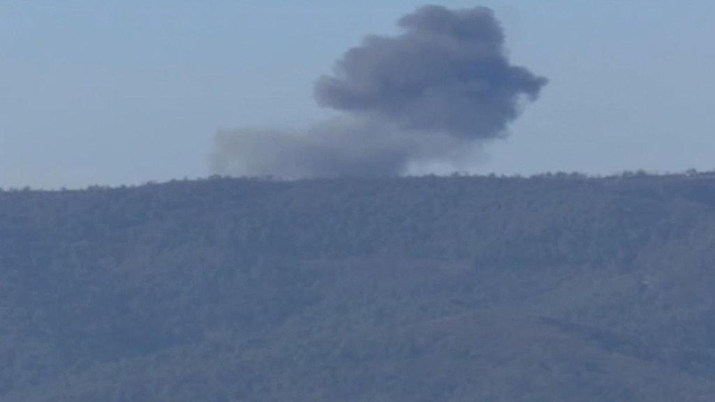 Rök stiger mot himloen efter att flygplanet slagit ned. Foto: TT.